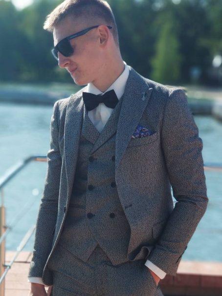 Мужской костюм жемчужно-серого цвета