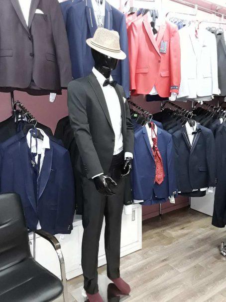 Черный, слегка приталенный мужской костюм