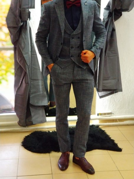 Светло-серый костюм-тройка из твида