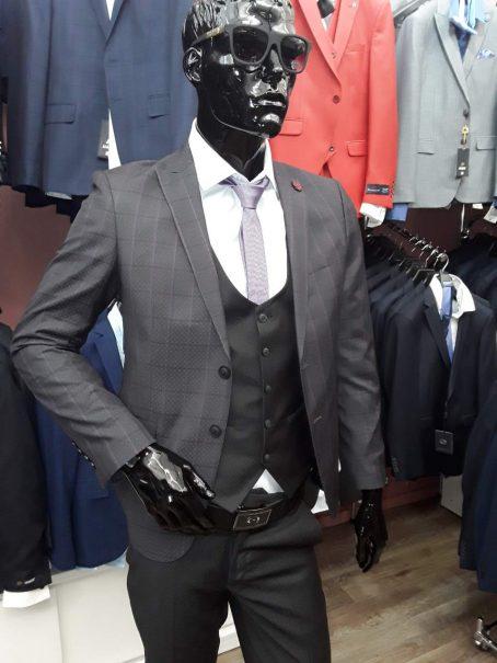 Мужской костюм-тройка на две пуговицы