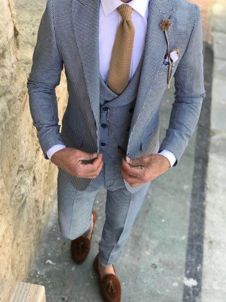 Светло-серый костюм-тройка на одну пуговицу