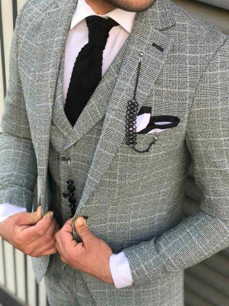 Светло-серый в клетку мужской костюм-тройка