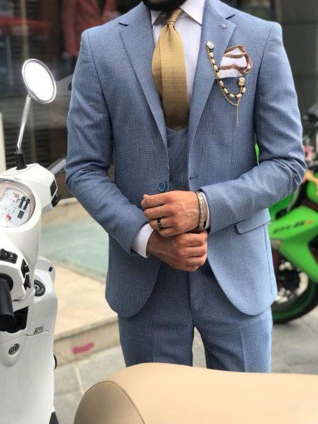Светлый приталенный костюм-тройка