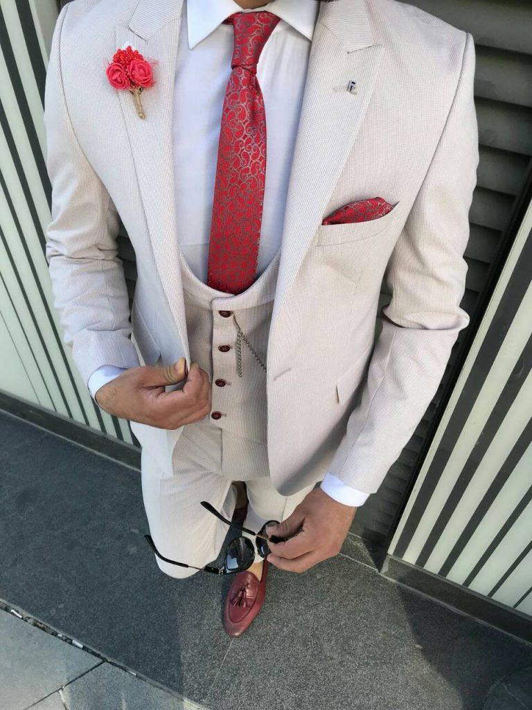 Светло-кремовый мужской костюм
