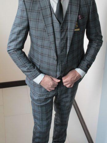 Мужской костюм-тройка серый в бордо клетку